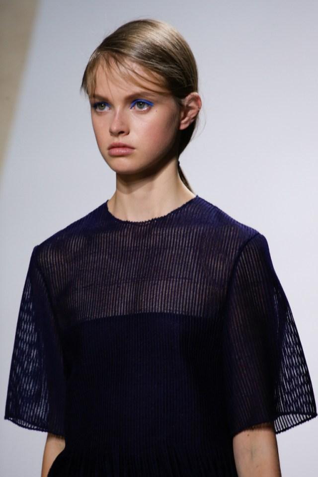 Модный макияж весны и лета 2016 с тенями синего цвета из коллекции BOSS Hugo Boss.