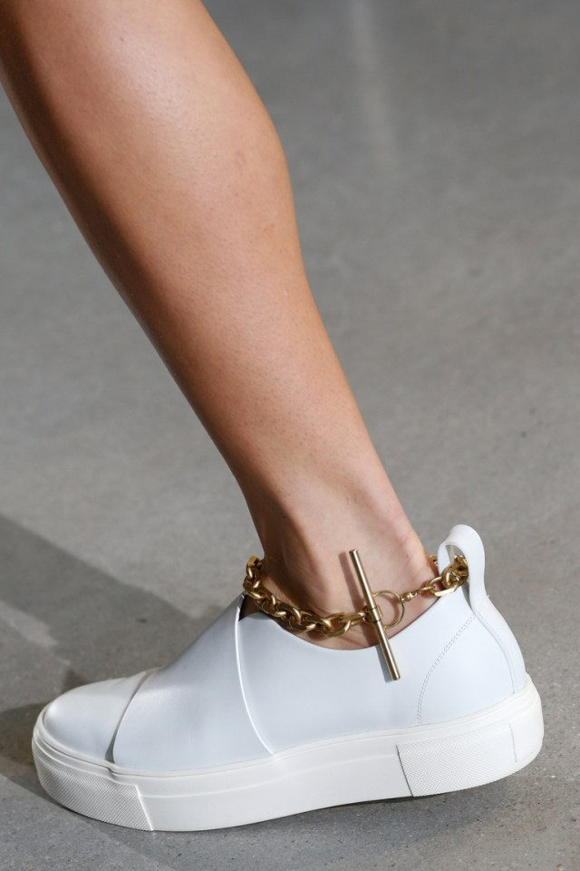 Мода весна 2016 массивная на вид, она представляющая собой удобную легкую колодку от Calvin Klein