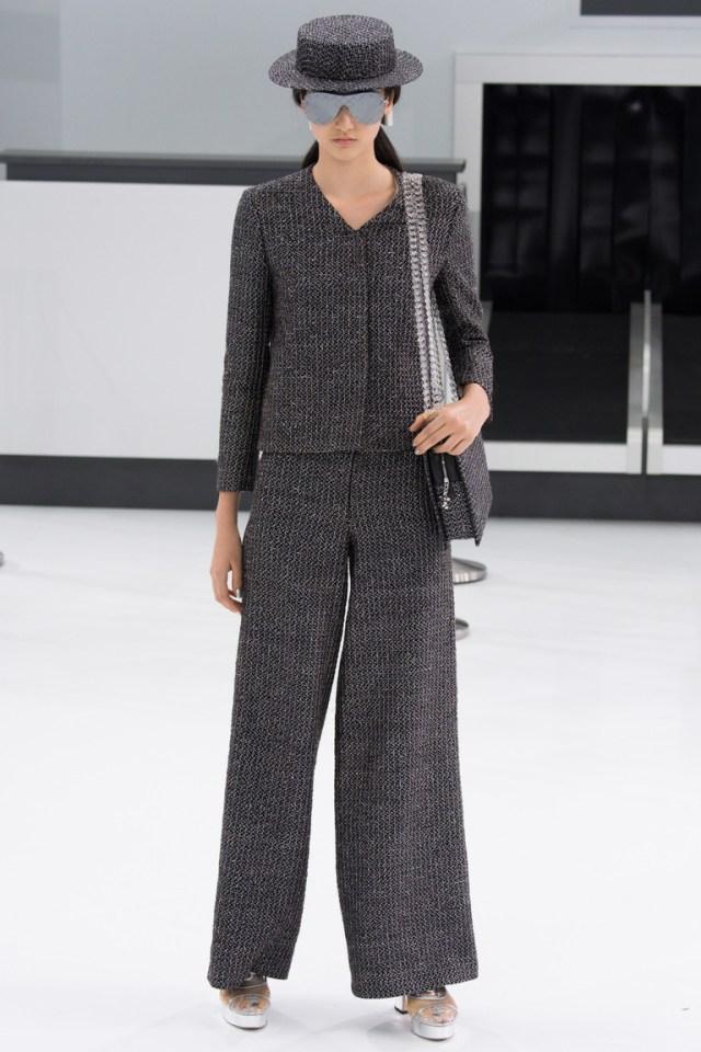 Тренд весны–2016 – широкие брюки, которые доходят до щиколоткииз коллекции Chanel.