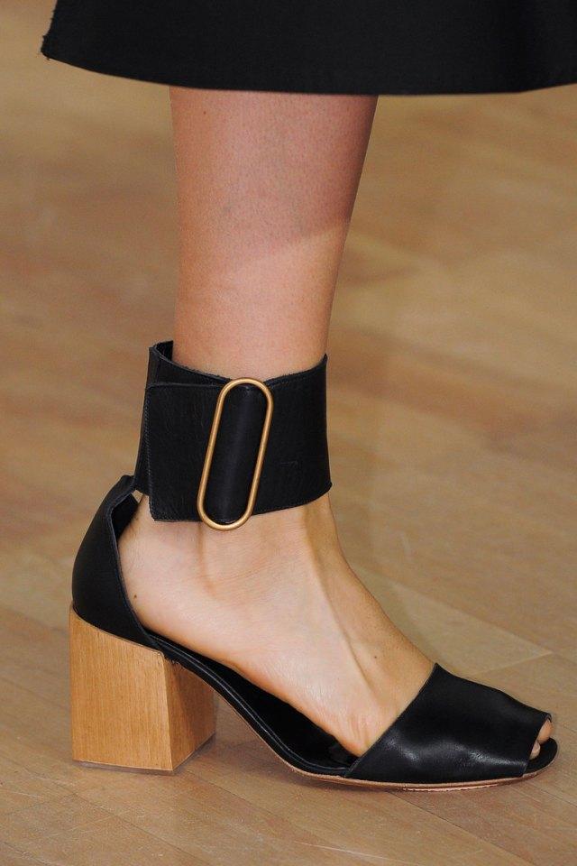 Весна 2016-туфли на удобном каблуке с красивой пряжкой на запястье от Lemaire