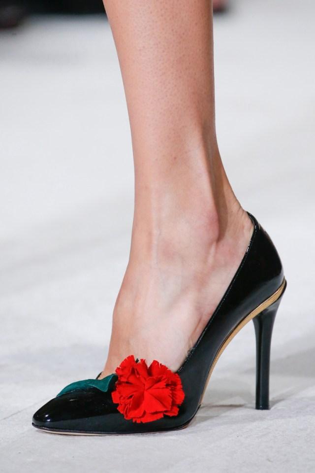 Модк весна 2016-элегантные черные туфли на высоком каблуке с красной розой из коллекции Oscar de la Renta.