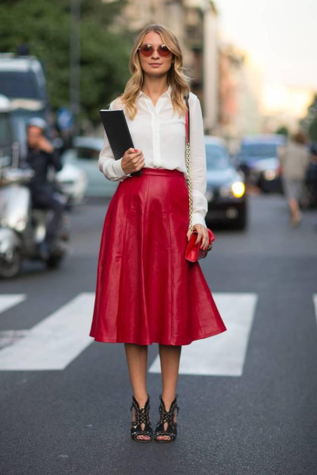 Сочетание кожаной юбки красного цвета с белой рубашкой – фото новинки и тренды сезона