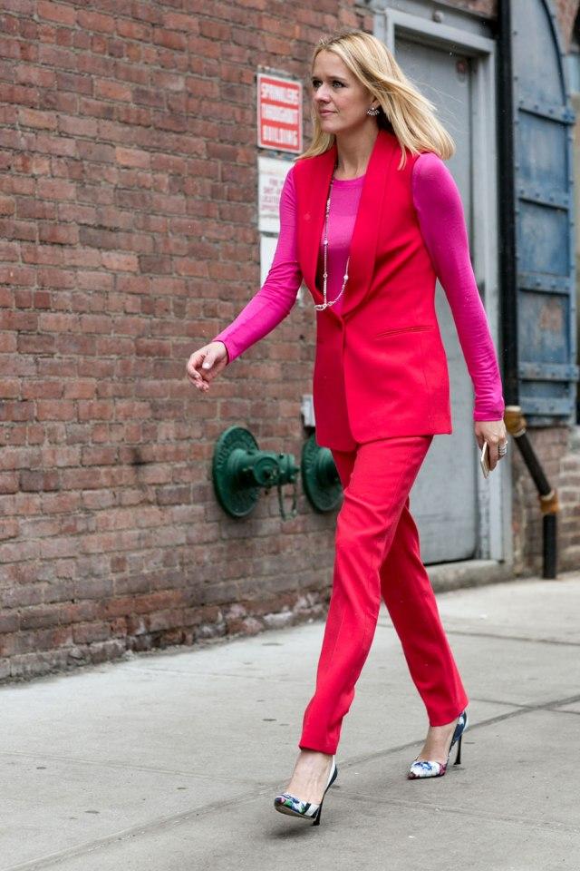 Интересное сочетание красного цвета с одеждой розового цвета