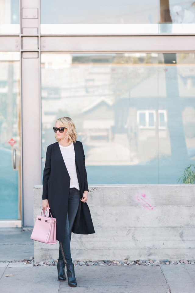 Две самые яркие новинки этой весны – пальто-халат и джинсы с лампасами.
