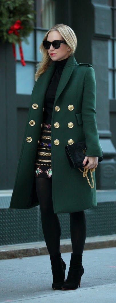 Модное весной 2016 пальто классического кроя, напоминающее древний стиль ретро
