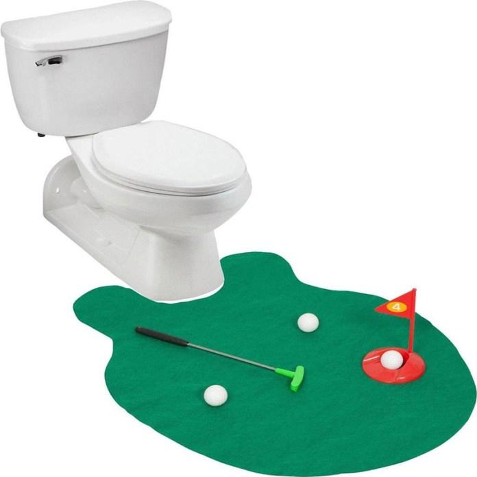 Своему любимому мужчине, который любит надолго задерживаться в туалете вместе с гаджетом, можно преподнести увлекательную игру – гольф для туалета.