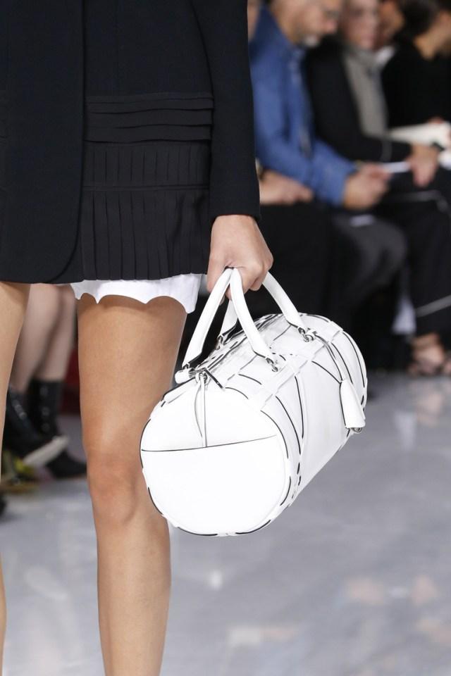Модные сумки весна – лето 2016 - белая сумка саквояж из коллекции Christian-Dior.