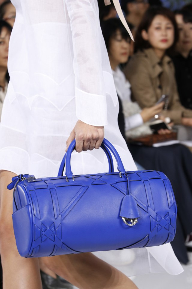 Модные сумки весна – лето 2016 - синяя сумка саквояж из коллекции Christian-Dior.