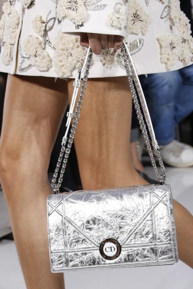 Модные сумки весна – лето 2016 - серебристого цвета сумка из коллекции Chanel.