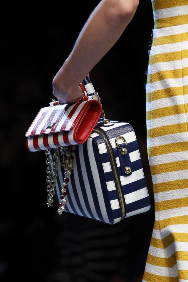 Модные сумки весна-лето 2016 - две сумки в полоску одновременно из коллекции Dolce-Gabbana.
