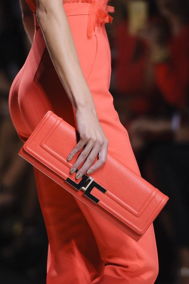 Модные сумки весна – лето 2016 - клатч ярко красного цвета из коллекции Elisabetta Franchi.