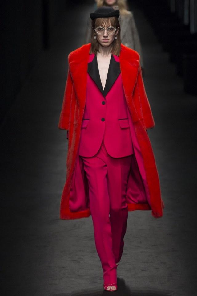 Монохромные наряды - одноцветный наряд - красное пальто, красный брючный костюм из коллекции Gucci.