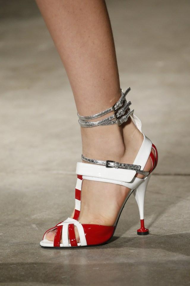 Модная обувь весна-лето 2016 - босоножки на каблуке из коллекции Prada.