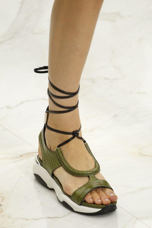 Модная обувь весна-лето 2016 - сандалии на толстой подошве из коллекции Salvatore Ferragamo.