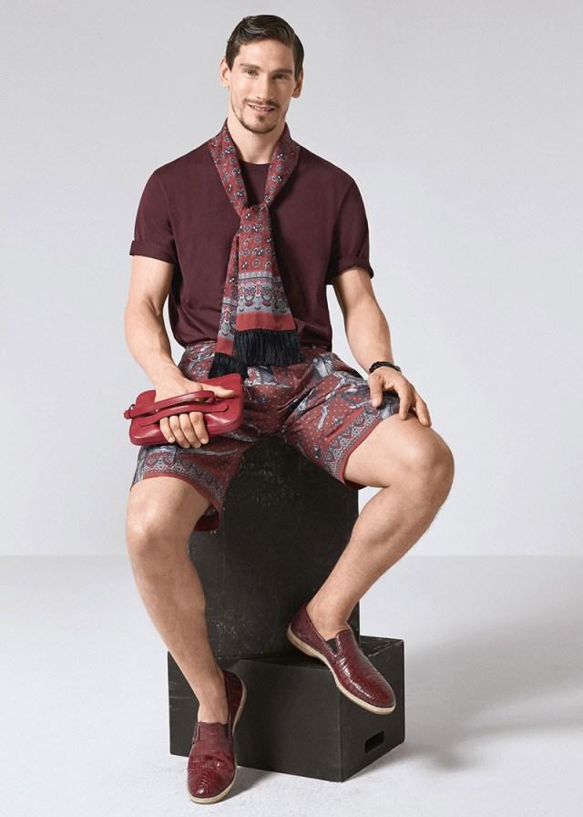 Шорты бордово-серые с ярким принтом, футболка в тон, кожаная обувью и шарф из коллекции Dolce&Gabbana.
