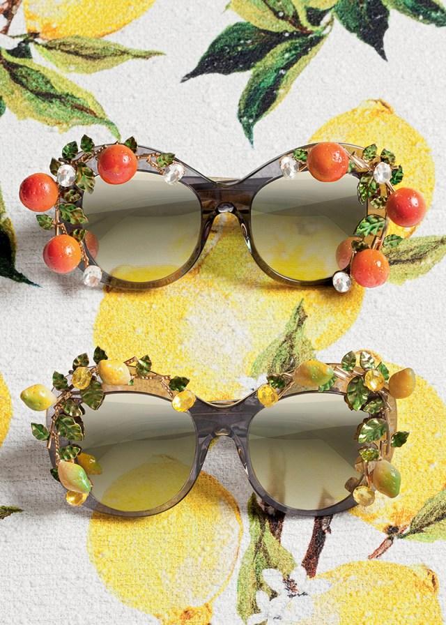 Очки в широкой оправе, украшенные миниатюрными пластиковыми апельсинами или лимончиками.