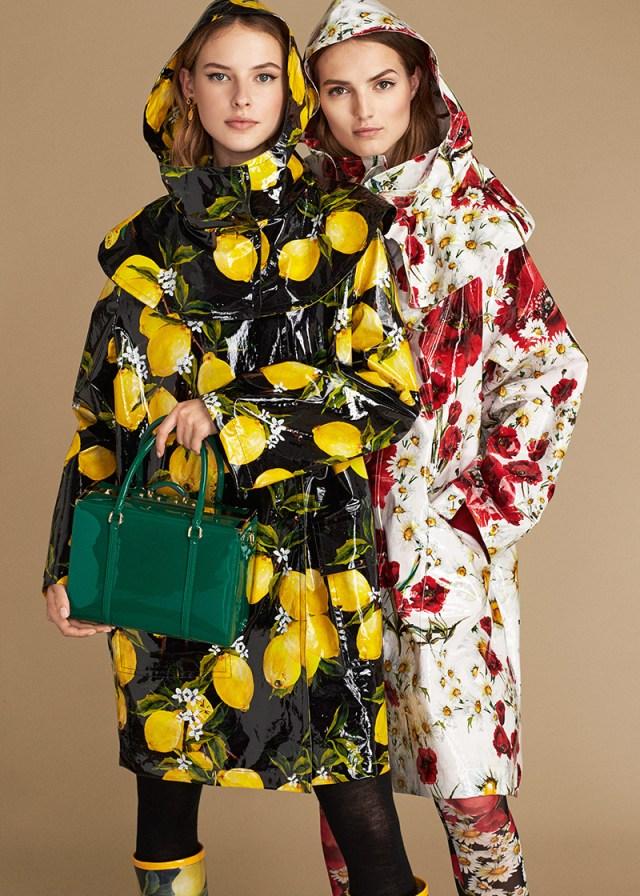 Dolce&Gabbana – новая коллекция весна-лето водоотталкивающий чёрный плащ с жёлтыми лимонами и сапоги в тон.