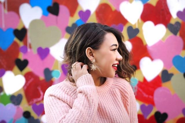 Новый романтичный стиль Plus Size - красная юбка миди и розовый мешковатый свитер.
