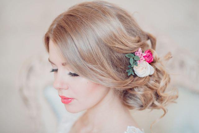 Прически на длинные волосы с красивым и цветами.