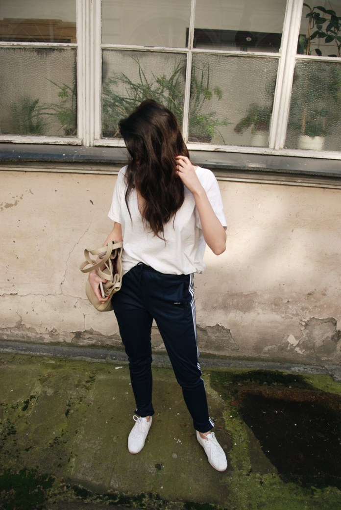 Белая футболка со спортивными брюками