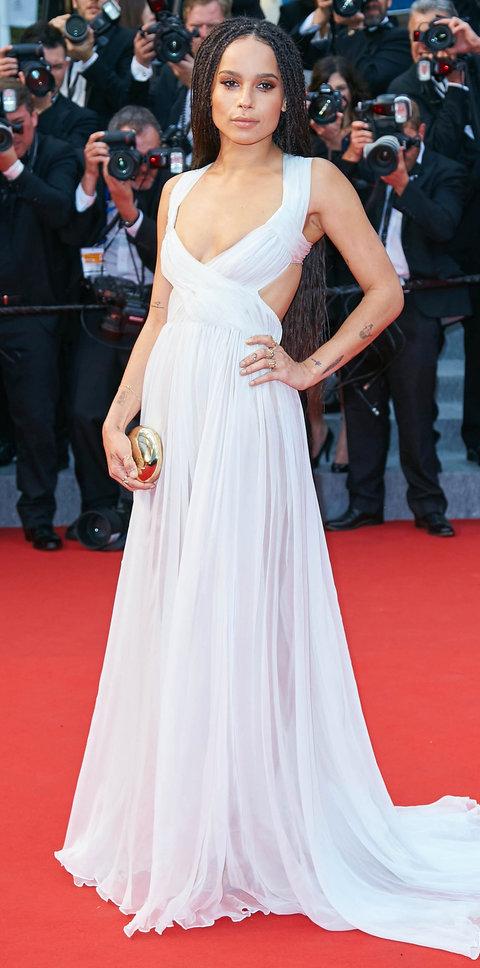 Стиль Зои Кравиц - белое расклешенное платье со шлейфом и необычным кроем лифа.