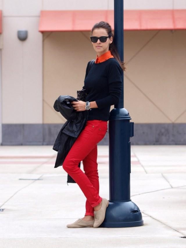Красные брюки с черной блузкой и бежевыми туфлями.