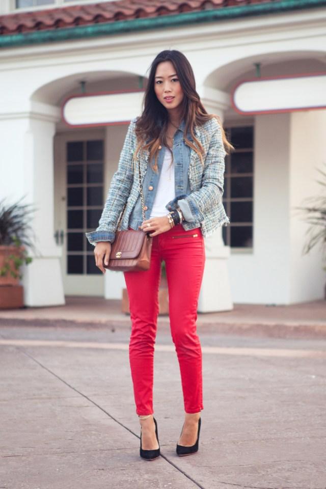 Красные джинсы с синей джинсовой курткой.