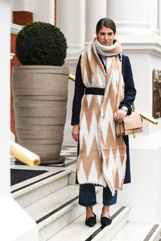 Стиль оверсайз платки в этом сезоне модно закручивать интересные узлы из ярких пестрых платков.