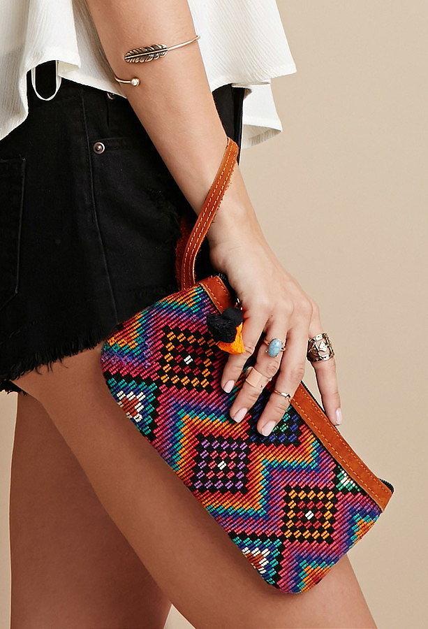 Помпоны – тренд сезона попмоны на маленькой сумочке.