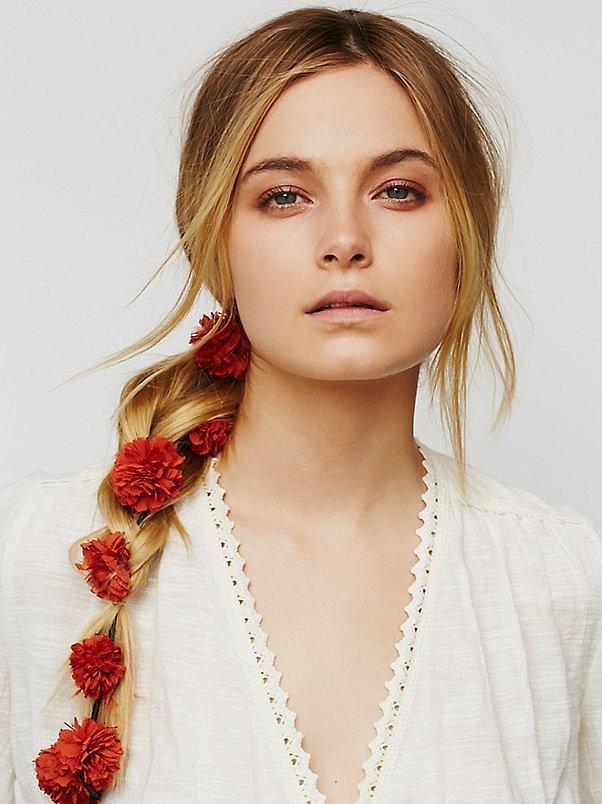 Помпоны – тренд сезона помпоны вплетенные в косу.
