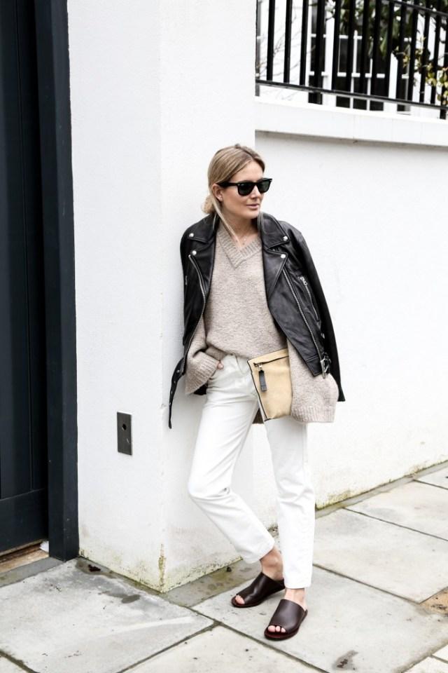 Универсальный белый цвет - светло бежевая блузка, белые брюки и черный кожаный пиджак.