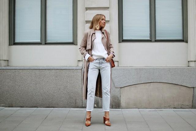 Универсальный белый цвет - белая блуза, светлое пальто и классические синие джинсы.