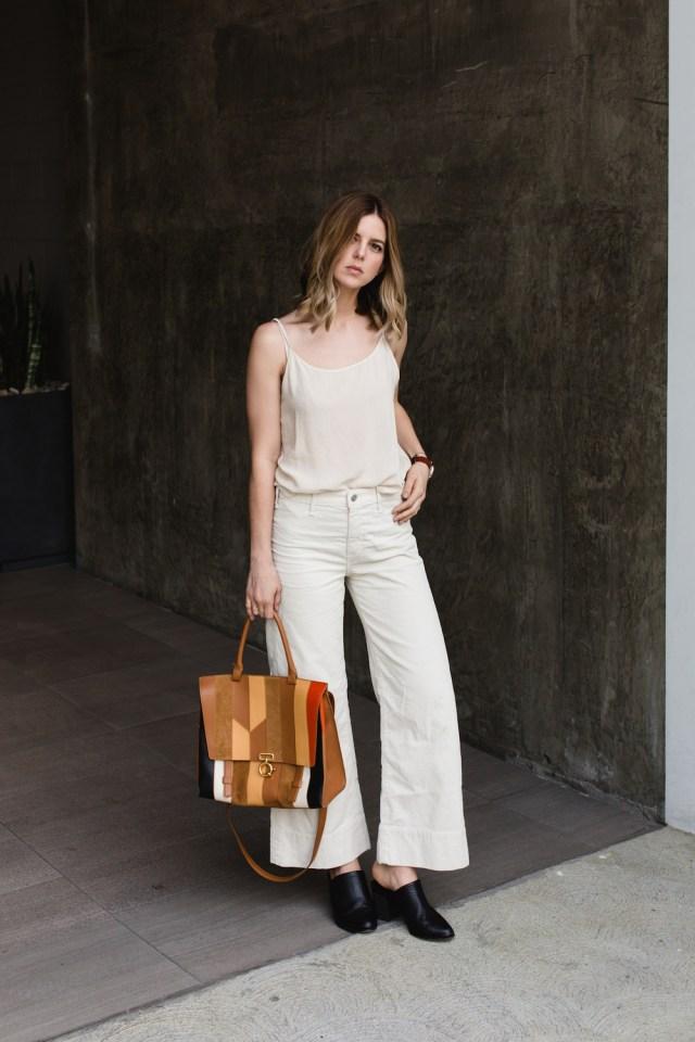 Универсальный белый цвет - белые брюки со светлой блузой.