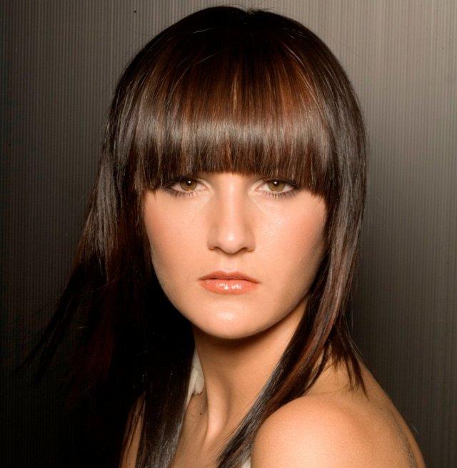 На фото: градуированный каскад на средние волосы с прямой челкой.