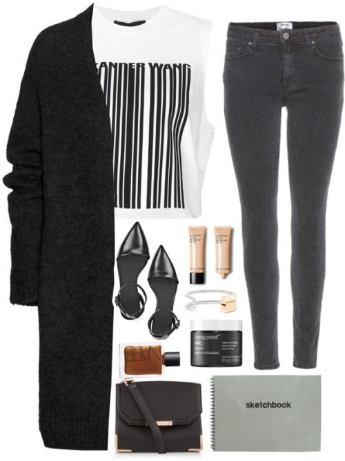 На фото: черные джинсы с белой блузкой в черную полоску и черным пальто.