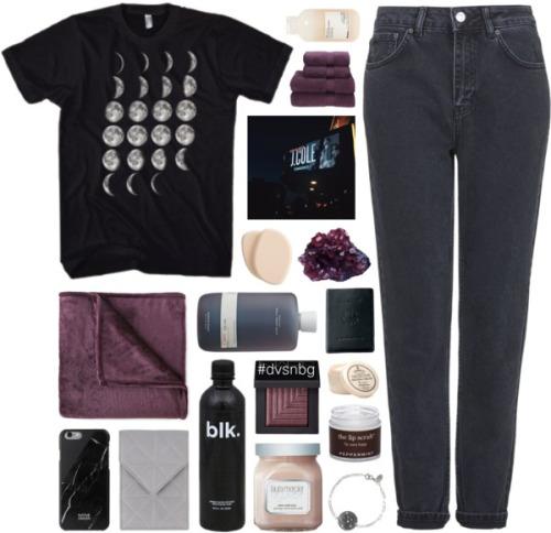 На фото: черные джинсы с черной футболкой с принтом.