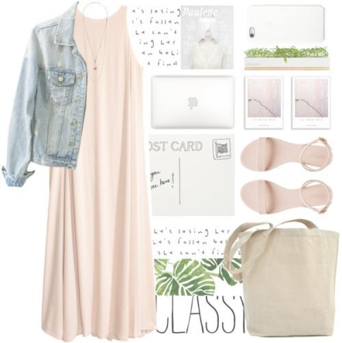 Платье макси, нежно розового цвета, дополненное светло-голубой джинсовой курткой