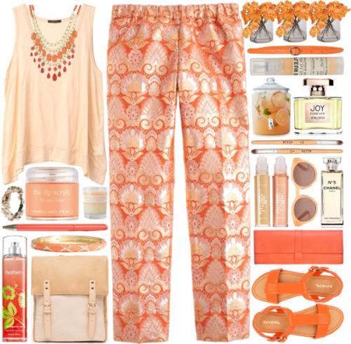 Свободные брюки с ярким оранжевым принтом и удлинённый персиковый топ.