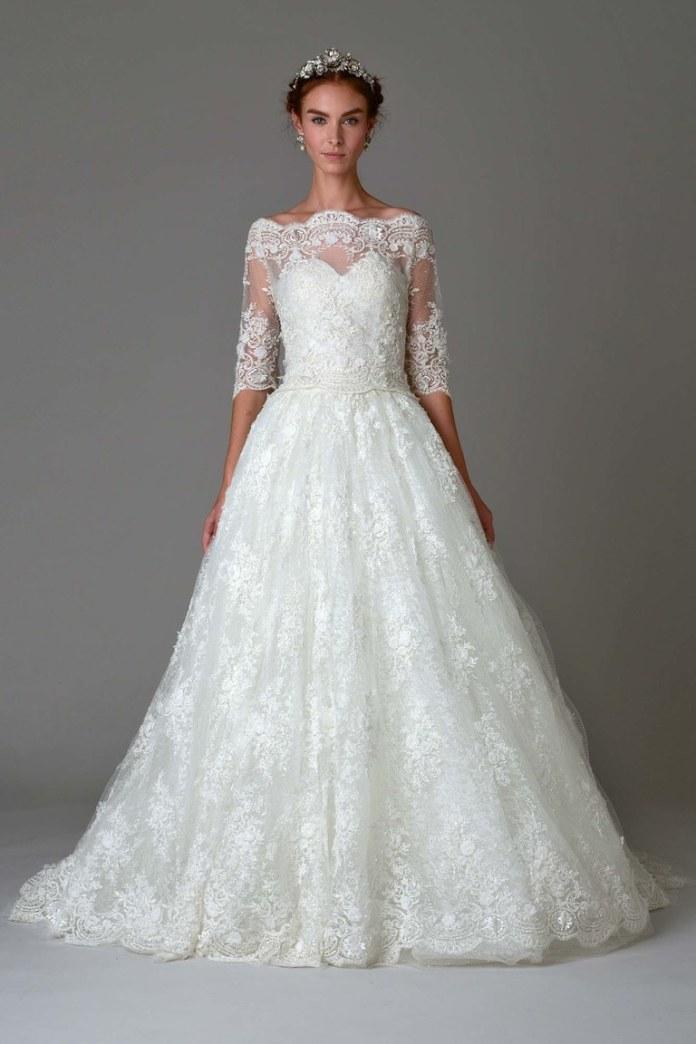 На фото длинное кружевное платье с кружевными рукавами и цветочным принтом из коллекции \marchesa.