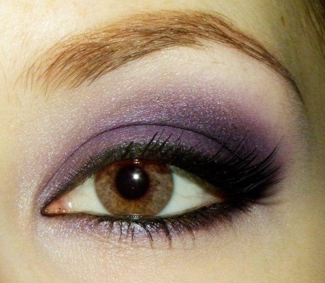 На фото: тени для карих глаз - очень органично смотрится фиолетовый цвет теней.