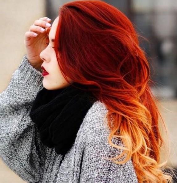 На фото: лубокий оттенок красного, начиная от макушки головы и плавно переходящий в золотистый на кончиках волос