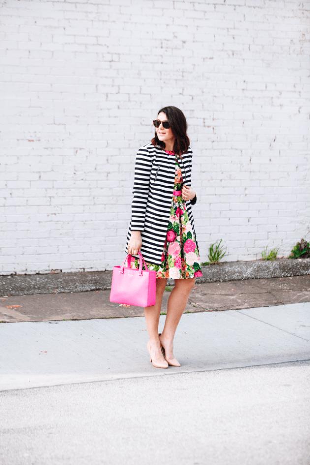 На фото: пышная юбка с ярким цветочным принтом с кардиганом в полоску.