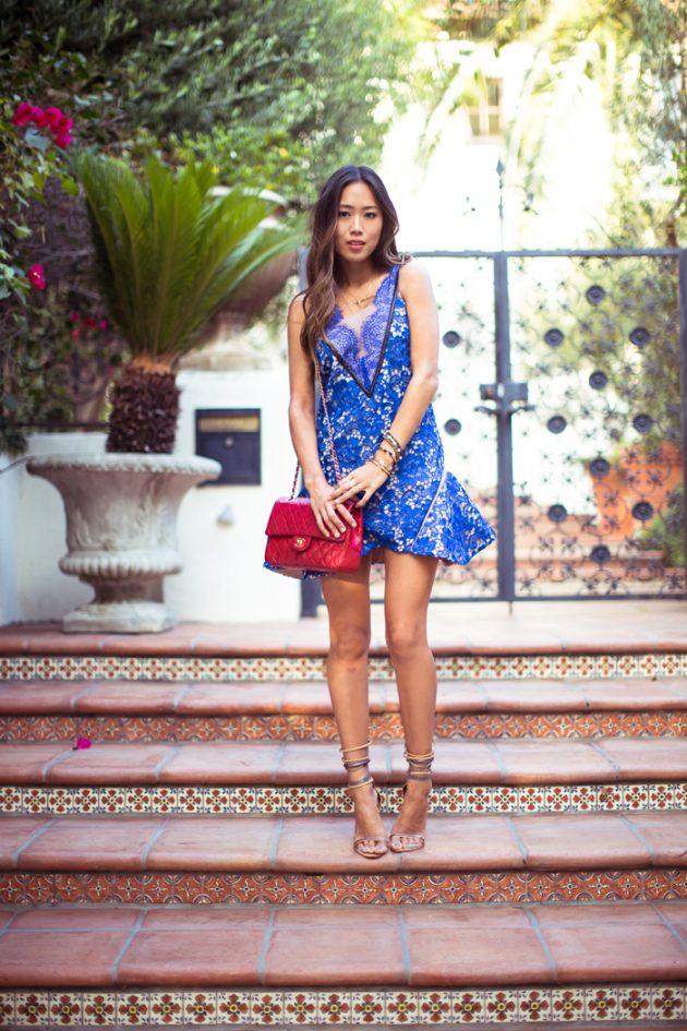 На фото: короткое голубое кружевное платье.