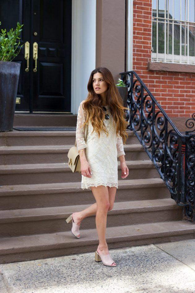 На фото: прямое короткое белое кружевное платье.