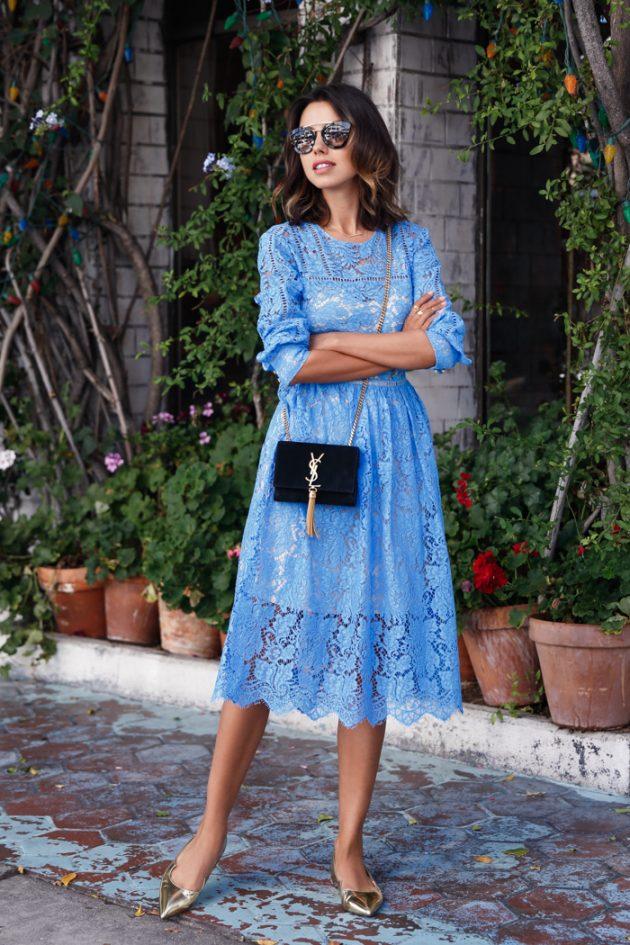На фото: голубое кружевное платье с длинными рукавами.