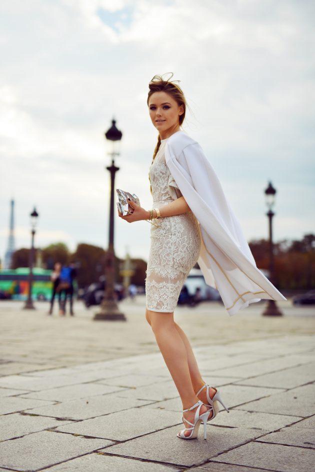 На фото: белое короткое кружевное платье.