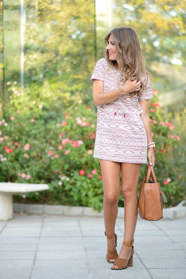 На фото: светлое платье прямого покроя, длиной выше колена с коротким рукавом.