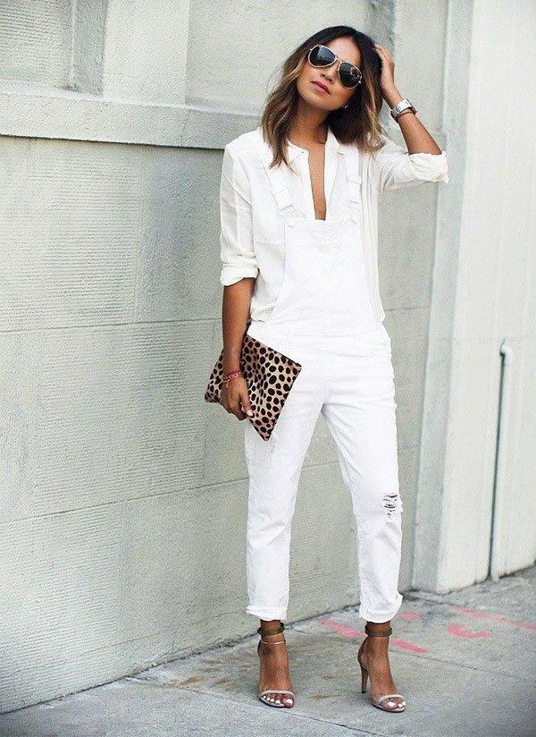На фото: новый белый модный лук - белые брюки и блузка.