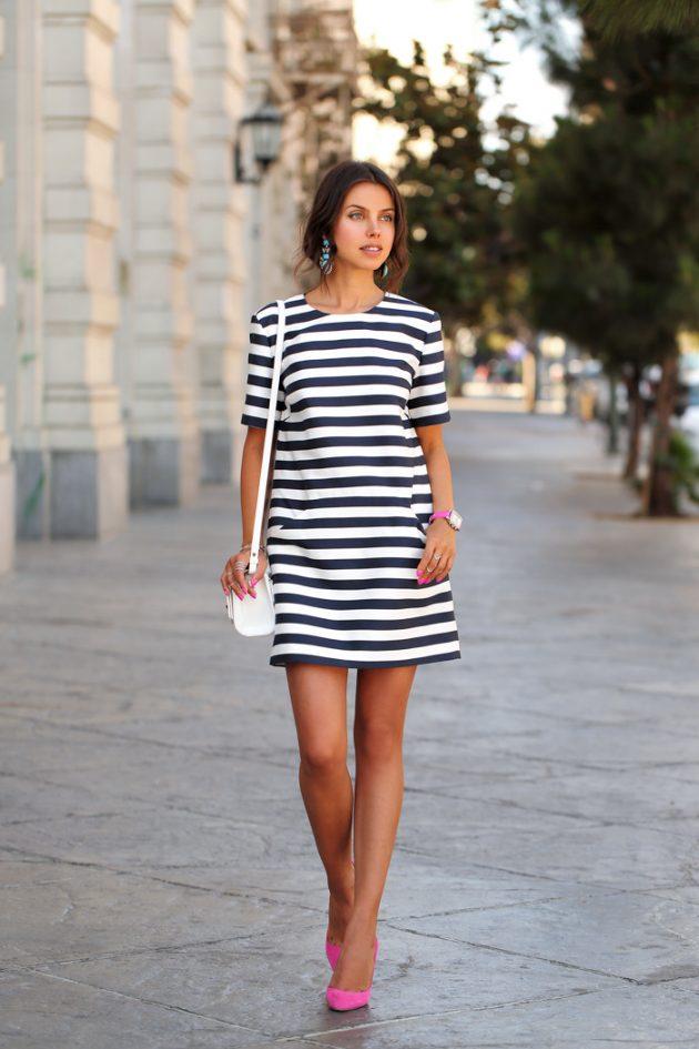 На фото: короткое платье с принтом в полоску.