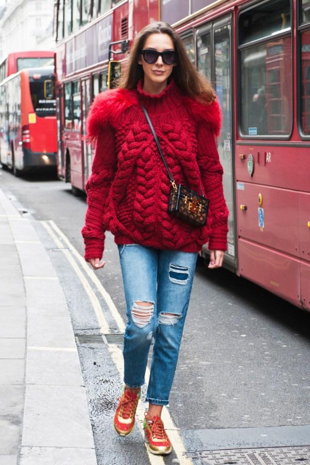 На фото: красный свитшот гармонирует с рваними джинсами.